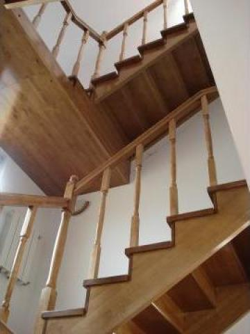 Scara din lemn masiv de paltin pe doua etaje