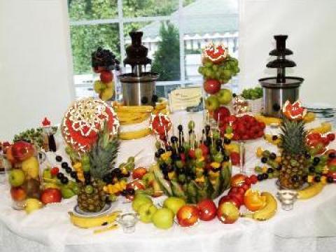 Fantana de ciocolata si sculpturi in fructe de la Event Fever By Valdir Tour