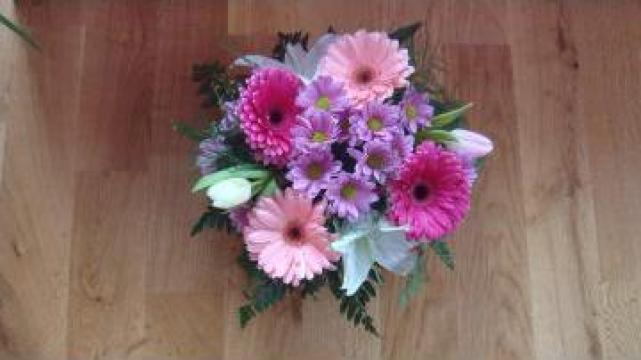 Cos cadou cu crini si flori roz de la Sc Floraria Floarea Vietii Srl