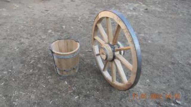 Roata si galeata din lemn pentru fantana de la Carpenul Mic