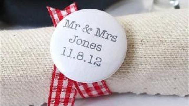 Accesorii nunta - insigne personalizate de la Insignus