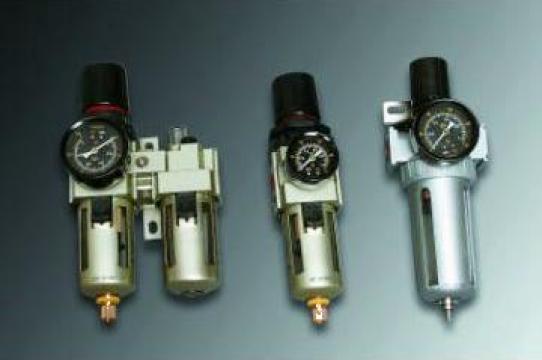Regulator de presiune cu pulzerizator de lubrificant