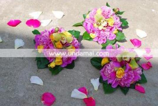 Aranjament floral pentru cristelnita de la Unda Mai Srl