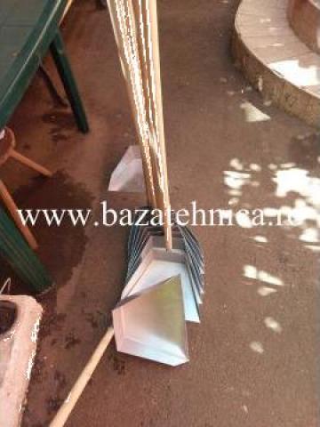 Farase din tabla de 1 mm, cu coada din lemn de 1 m de la Baza Tehnica Alfa Srl