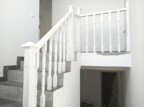 Balustrada alba lemn masiv de la Venbocons Srl