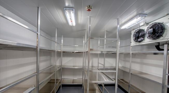 Camere frigorifice albe pentru laboratoare de la Sc Frigotehnics Serv Com Srl
